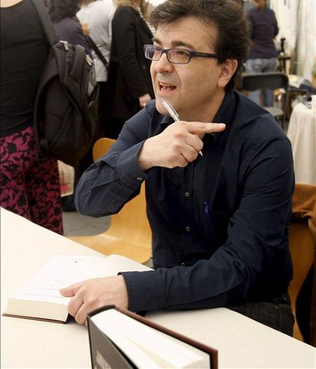El escritor Javier Cercas durante la firma de libros que ha tenido lugar hoy en Barcelona con motivo de la celebración de la Diada de Sant Jordi. EFE