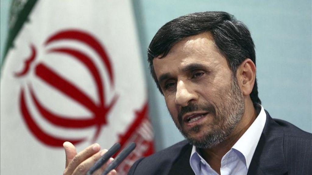 El presidente iraní, Mahmud Ahmadineyad, comparece ante los medios en Teherán, Irán, el pasado lunes, 4 de abril. EFE/Archivo