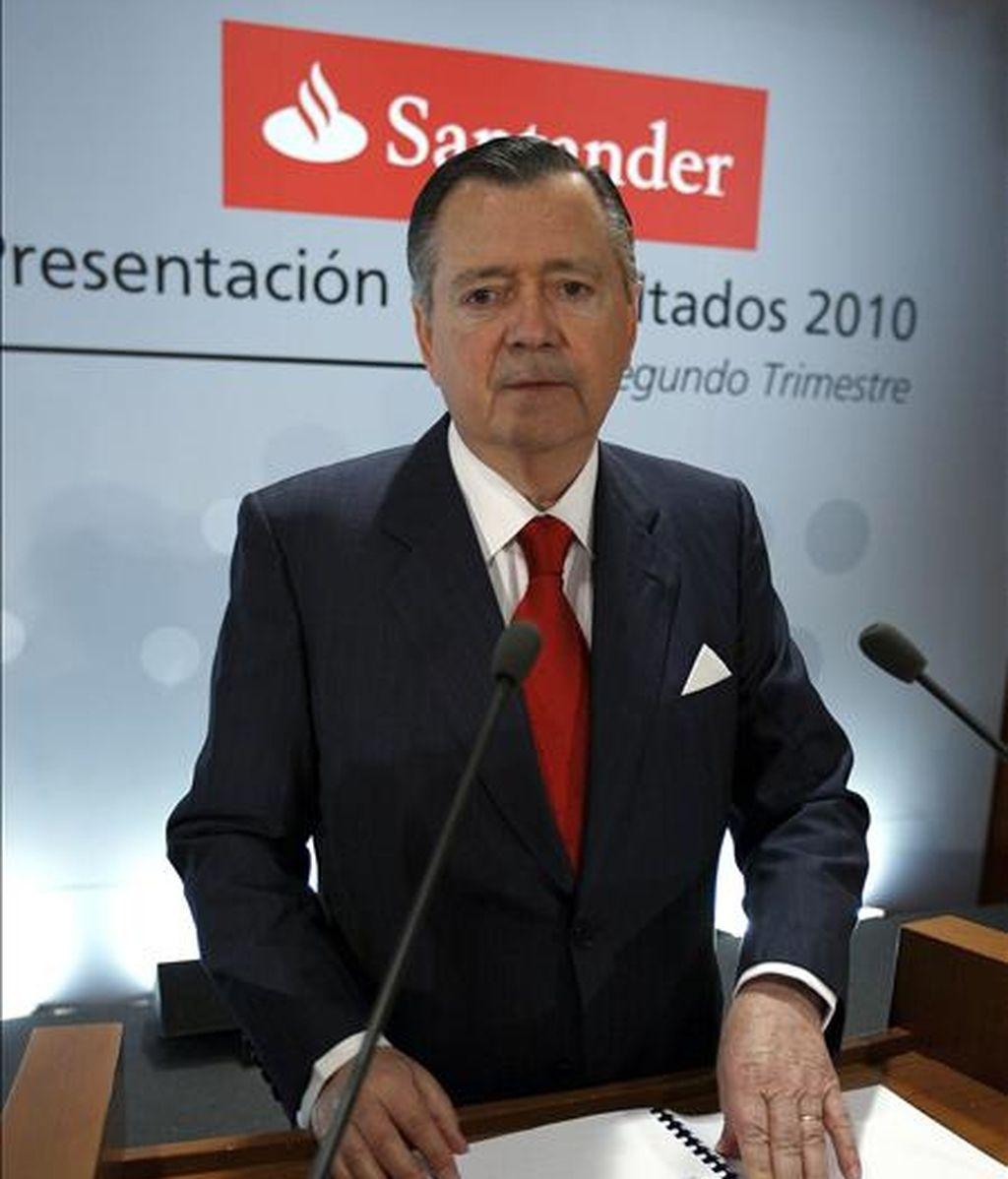 El vicepresidente y consejero delegado del Banco Santander, Alfredo Saez, durante la presentación en rueda de prensa de los resultados del primer semestre, en el que la entidad financiera ha ganado 4.445 millones de euros, un 1,6% menos que en el mismo perido de 2009. EFE