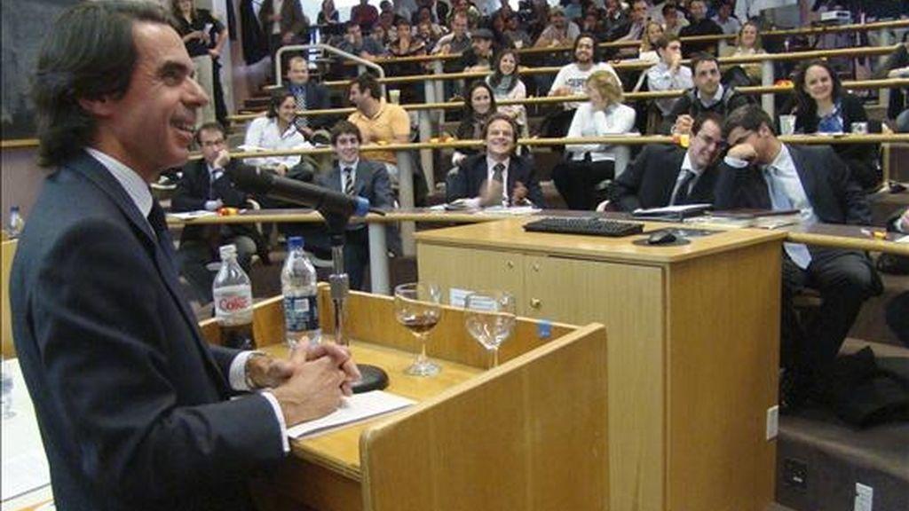 El ex presidente del gobierno español, José María Aznar, hoy durante una conferencia en la Universidad de Harvard. EFE