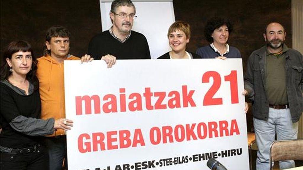 Los responsables sindicales Ainhoa Iturbe, de EHNE; Iosu Balmaseda, de ESK; Adolfo Muñoz, de ELA; Ainhoa Etxaide, de LAB; Arantza Fernández de Garaialde, de STEE- EILAS, y Patxi Agirre, de HIRU (i-d), muestran  el cartel de la convocatoria de la huelga general para el próximo 21 de mayo en el País Vasco y Navarra. EFE