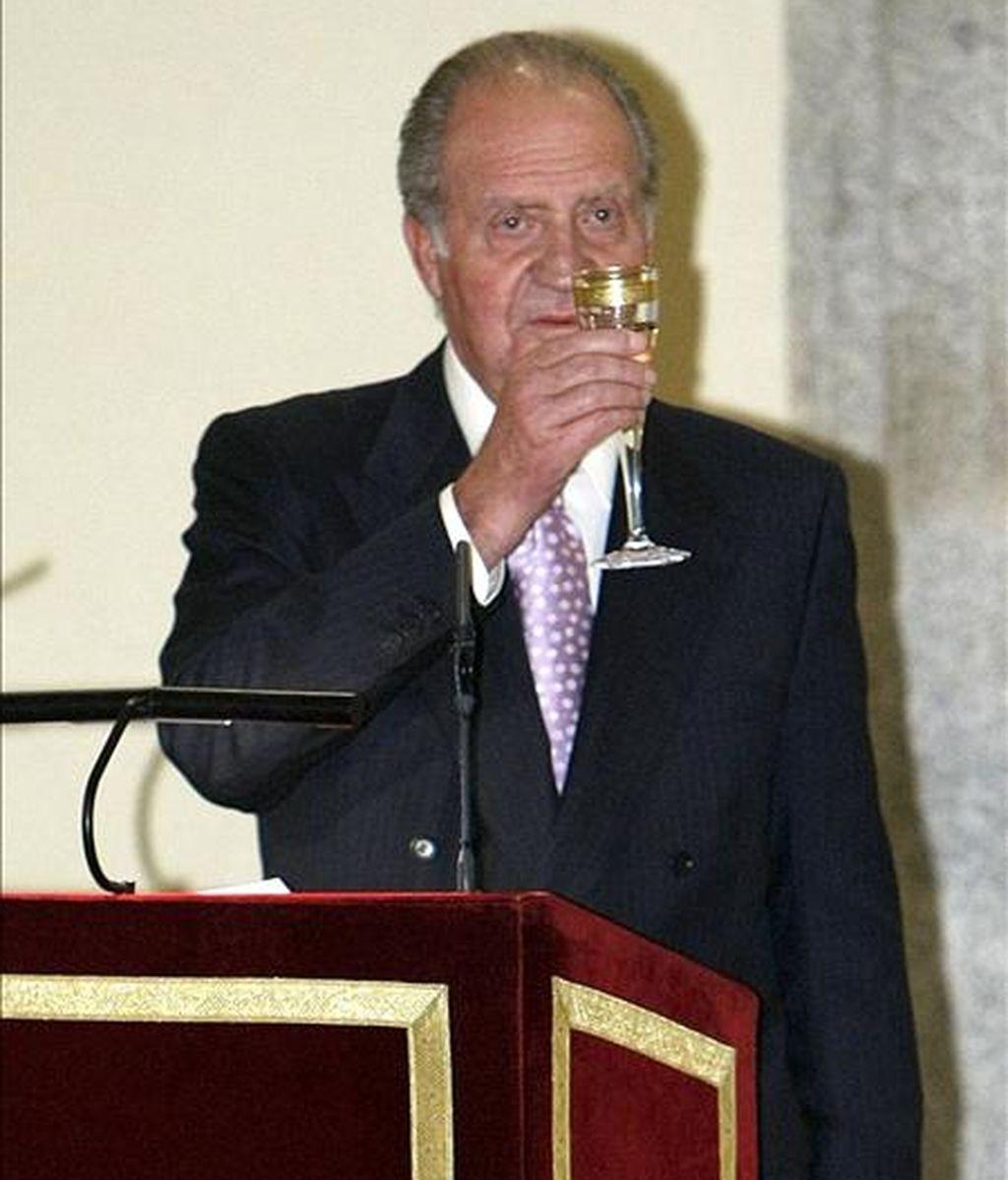 El rey Juan Carlos, durante un brindis tras su discurso en el palacio de El Pardo el pasado mes de noviembre, donde presidió la reunión anual del Patronato del Instituto Cervantes. EFE/Archivo