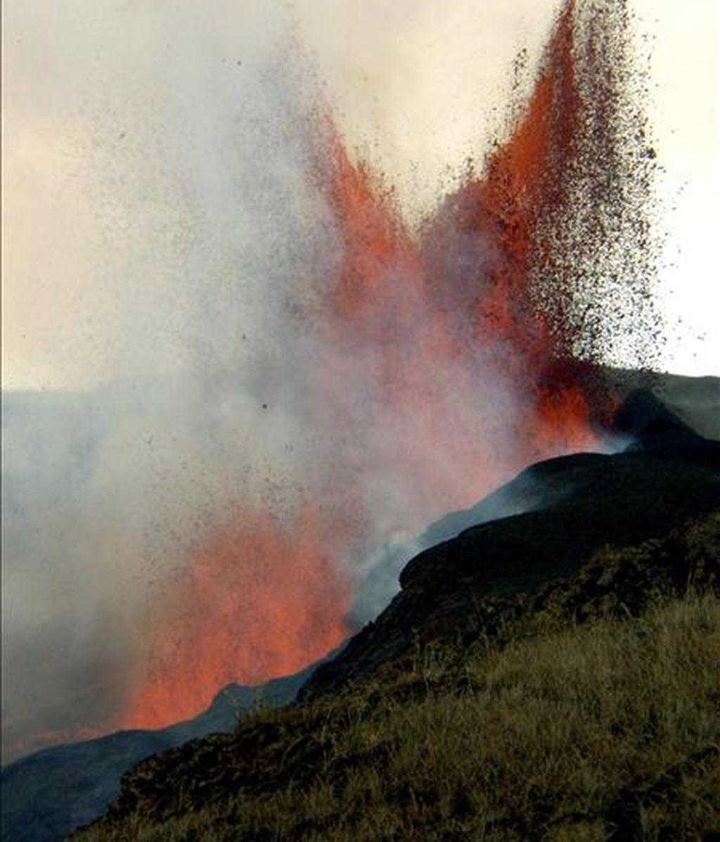 Imagen del volcán Sierra Negra, en la isla Isabela del archipiélago ecuatoriano de Galápagos, que desde el sábado pasado sufre un incendio. EFE
