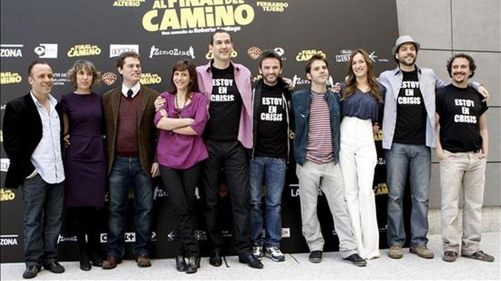 """El director de cine Roberto Santiago posa junto al equipo de la película """"Al final del camino"""", durante la presentación de este film, hoy en Madrid. EFE"""
