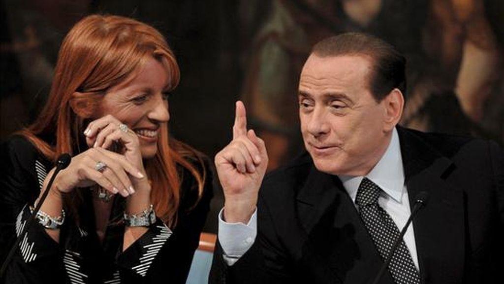 El primer ministro italiano Silvio Berlusconi (d), y la ministra de Turismo, Michela Vittoria Brambilla (i), durante la presentación de una nueva iniciativa para incentivar el turismo, en Roma, Italia, ayer 3 de junio. EFE