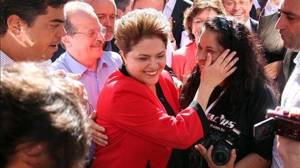 La candidata a la presidencia de la república de Brasil por el Partido de los Trabajadores (PT), Dilma Rousseff (c), saluda a un grupo de seguidores al iniciar su campaña este 6 de julio en la ciudad de Porto Alegre, sur de Brasil. EFE