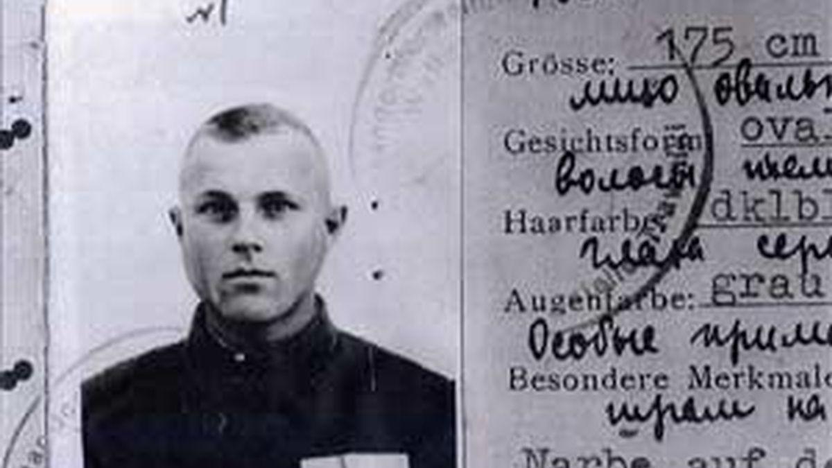 """Fotografía de archivo sin fecha del certificado de servicio de Ivan John Demjanjuk, quien recibió el documento como """"vigilante"""" en su campo de trabajo en Trawniki, Polonia. EFE/Archivo"""
