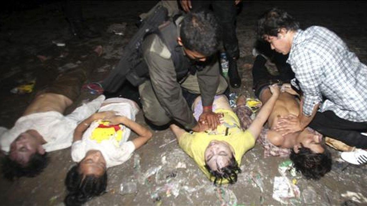 Un policía camboyano aplica un masaje cardiaco a una de las víctimas del accidente ocurrido durante el Festival Acuático de Phnom Penh, Camboya. EFE