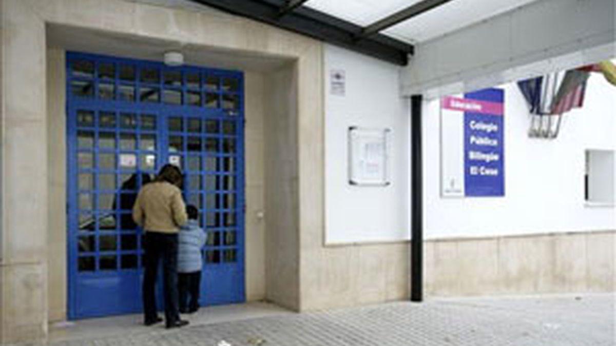 Puerta del colegio donde tuvieron lugar los hechos. Foto: EFE.