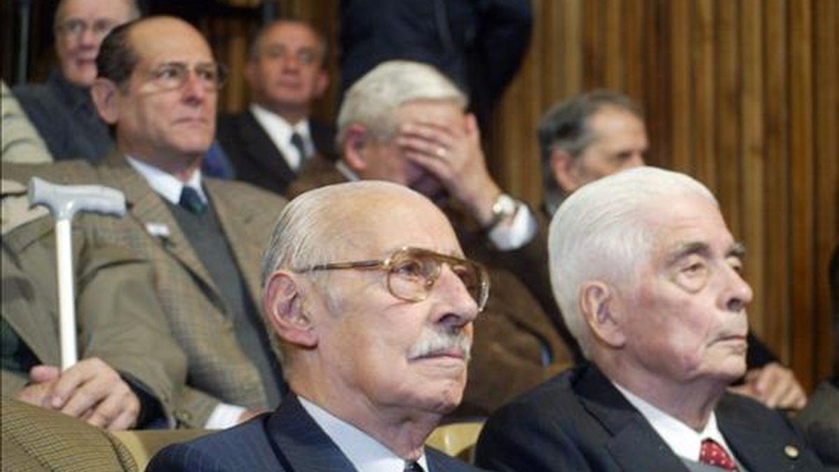 El ex dictador Jorge Rafael Videla (i) y el general Luciano Benjamín Menéndez (d) asisten al inicio del juicio oral y público en su contra, en Córdoba (Argentina), por el fusilamiento en 1976 de una treintena de presos en una cárcel en el centro del país. EFe