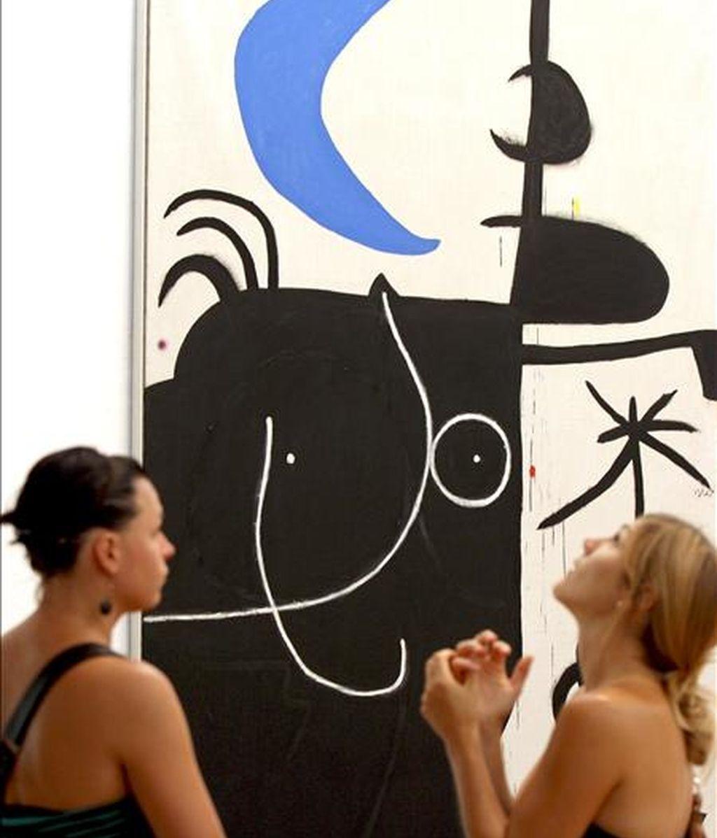 """Dos jóvenes ante el cuadro """"Mujer delante la luna"""" de Joan Miró, de la exposición """"Miró-Dupin Art i poesia"""", que tuvo lugar en 2009 en la Fundación Miró de Barcelona. EFE/Archivo"""