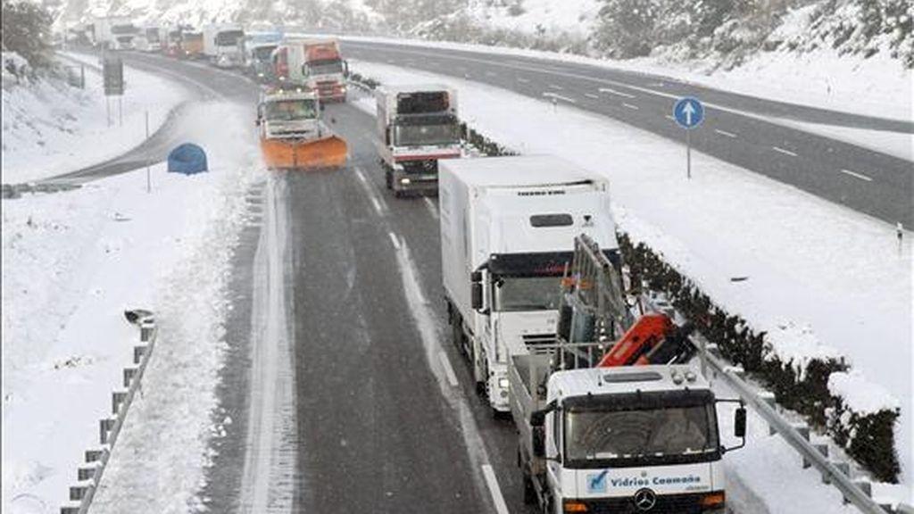 En la imagen, decenas de camiones circulan junto a una quitanieves en la zona de Parga, entre las localidades lucenses de Guitiriz y Begonte, en la N-VI. EFE
