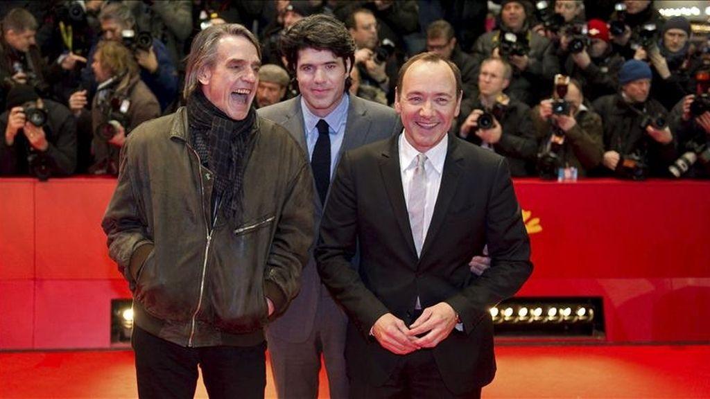 """El actor británico Jeremy Irons (i), el actor estadounidense Kevin Spacey (d) y el director estadounidense J.C. Chandor posan antes de la proyección de """"Margin Call"""" en la 61ª edición del Festival Internacional de Cine de Berlín, en la capital alemana. EFE"""