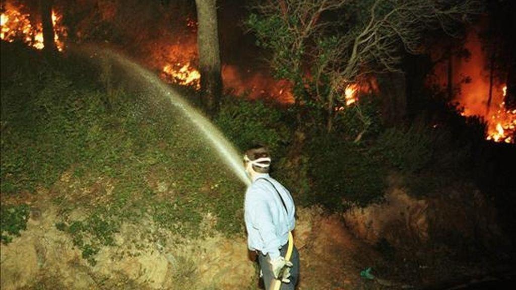 En la imagen de 2001, un incendio forestal en Begur. EFE/Archivo