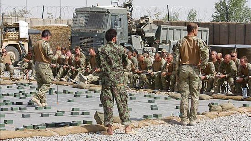 Las tropas escuchan hoy las instrucciones finales para la Operación Tor Shezada en Helmand (Afganistán). La operación del Ejército afgano y las tropas de la ISAF (Fuerza Internacional de Asistencia a la Seguridad), contra los insurgentes, tendrá lugar desde Sayedebab al sur de Nad E Ali en la provincia de Helmand. EFE/CPL Joe Blogs/Ministerio Británico de Defensa
