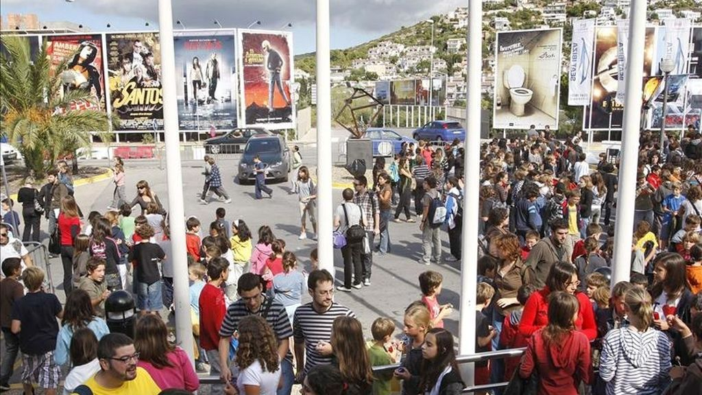 El público asistente hace cola ante el auditorio para asistir al Festival de Cine de Sitges. EFE/Archivo