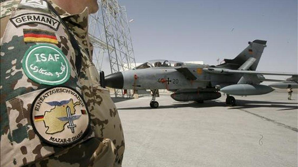 Fotografía de archivo tomada el 1 de julio de 2008 que muestra un avión de reconocimiento alemán en el aeropuerto de Mazar-i-Sharif en Afganistán. Según algunos medios el ministro de Defensa alemán, Karl-Theodor zu Guttenberg, informa hoy a los representantes del comité de Defensa sobre esta decisión. EFE
