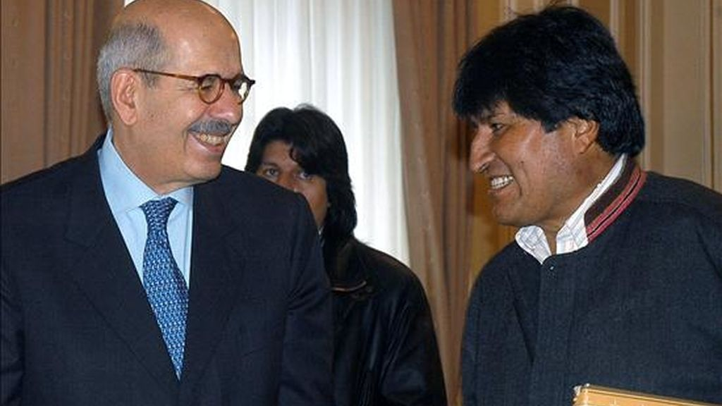 Imagen de este viernes del director de la OIEA, Mohamed El Baradei, en el momento que es recibido por el presidente de Bolivia, Evo Morales. EFE