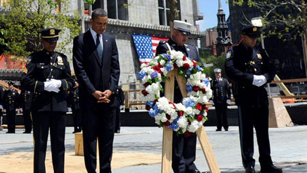 El presidente de EEUU, Barack Obama, saluda a los bomberos que socorrieron a las víctimas de los atentados del 11-S en Nueva York. Vídeo: Informativos Telecinco.