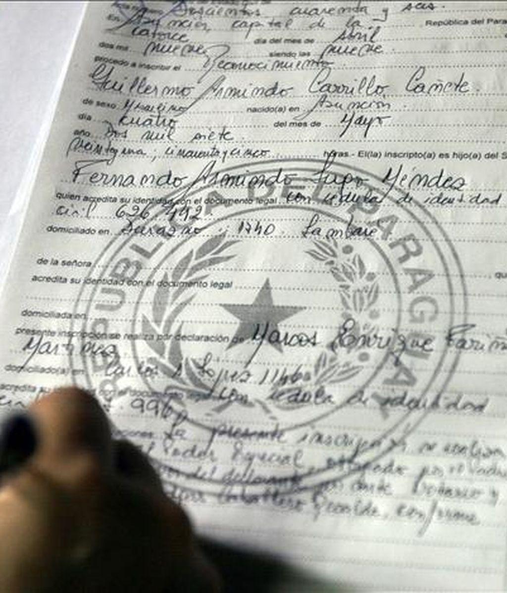 Detalle del acta redactada en una oficina del Registro Civil del barrio de Villa Aurelia en Asunción (Paraguay) en la que el presidente paraguayo, Fernando Lugo, registra al menor Guillermo Armindo Carrillo, de dos años de edad, como hijo suyo. EFE