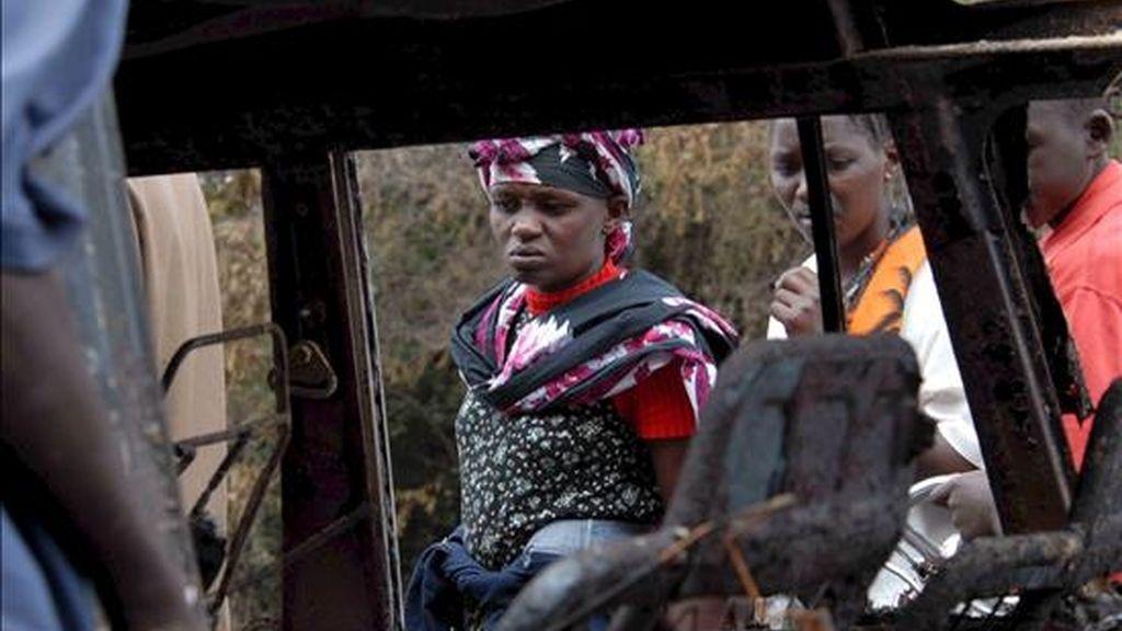 Fotografía de archivo fechada el 1 de febrero de 2009 de un coche calcinado tras la explosión de un camión cisterna en Molo, Kenia. EFE/Archivo