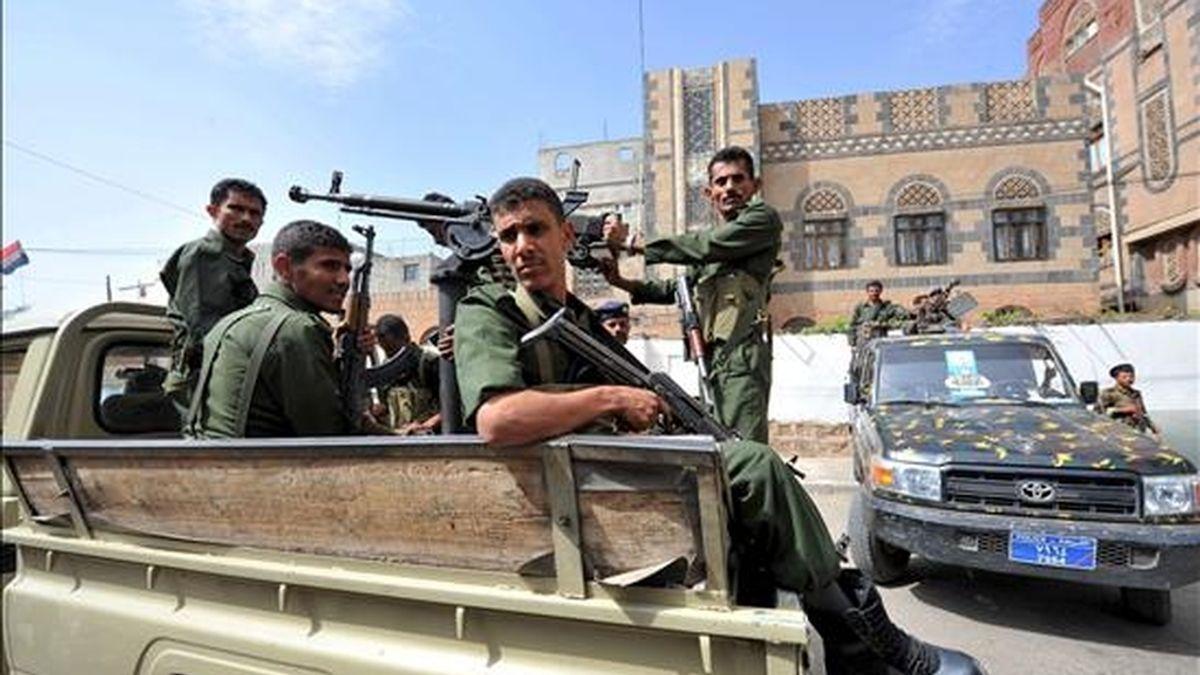 Policias yemeníes patrullan el exterior del tribunal de seguridad en el que se celebra el juicio contra los miembros de Al Qaeda Mansour Saleh Dalil y Mubarak al-Shabwany, en Saná (Yemen), hoy, miércoles, 7 de julio de 2010. El tribunal ha sentenciado a pena de muerte a ambos, tras ser declarados culpables de tres atentados contra objetivos militares y policiales perpetrados el pasado año, y en los que murieron al menos 3 policías y 5 soldados. EFE/Archivo