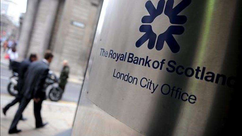 Varios personas pasan delante de una sucursal de RBS en Londres (Reino Unido). EFE/Archivo