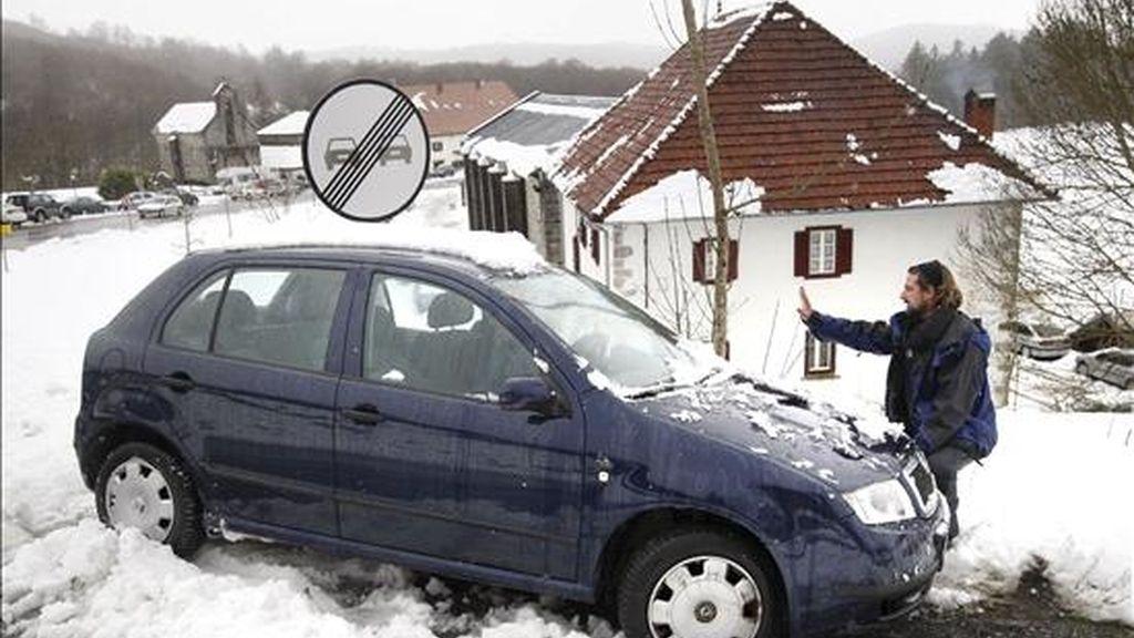 Un joven intenta sacar su coche, atrapado cerca del municipio navarro de la Colegiata de Roncesvalles. EFE/Archivo