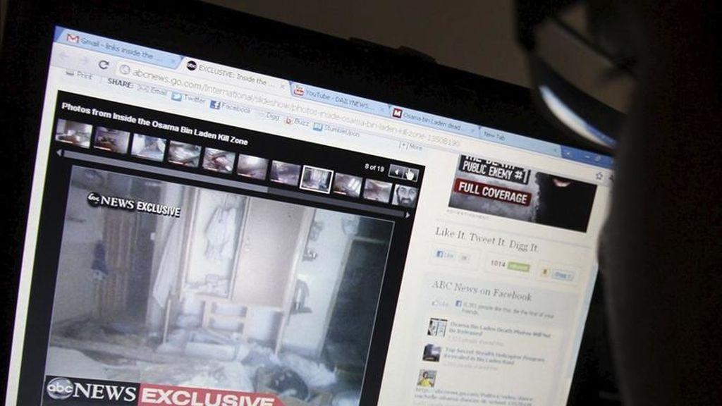 Un hombre paquistaní sigue por internet una información sobre la intervención militar de EEUU que acabó con la vida de Osama bin Laden, hoy, jueves 5 de mayo de 2011 en Karachi (Pakistán). EFE