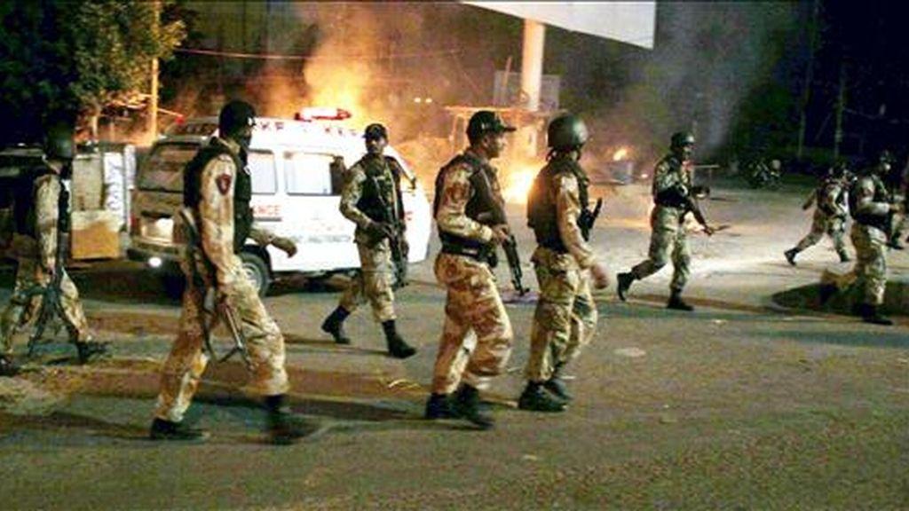 Fotografía facilitada de varios soldados paquistaníes desplegados en el lugar donde se registraron varios asesinatos selectivos ayer en Karachi (Pakistán). EF