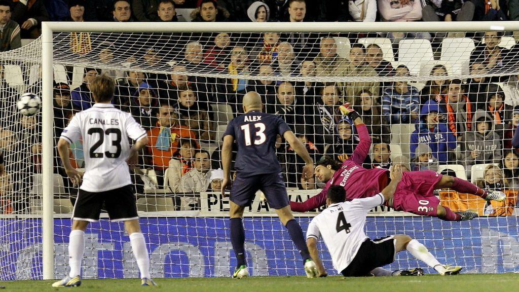 El defensa francés del Valencia, Adil Rami (2d), tras batir al guardameta del PSG, el italiano Salvatore Sirigu