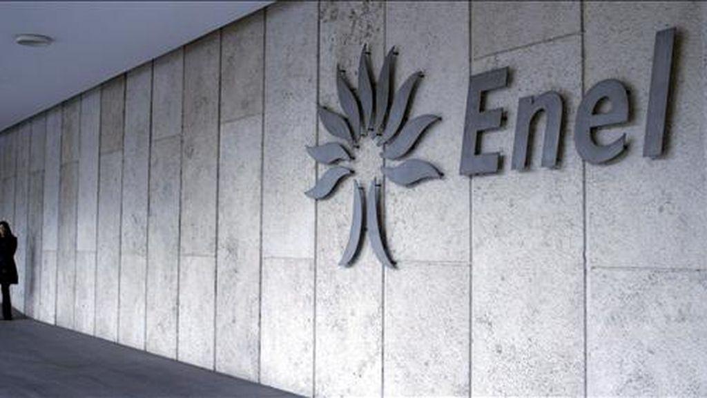 ITALIA ARCHIVO ENEL-ENDESA:ROM99.ROMA (ITALIA).20/2/2009.-Fotografía de archivo del 27 de febrero de 2007 que muestra la sede de Enel en Roma, Italia.Una docena de bancos han firmado ya la concesión de un préstamo de 8.000 millones de euros a la eléctrica italiana Enel para que financie la compra del 25 por ciento de Acciona en Endesa, en una operación liderada por el banco Santander, BBVA y Mediobanca, que aportan 1.500 millones de euros cada uno.Según informaron a Efe fuentes próximas a la operación, a estos tres bancos se les unen las dos grandes cajas españolas: La Caixa y Caja Madrid; el japonés Tokyo-Mitsubishi; los italianos Intesa Sanpaolo y Unicredit; los franceses BNP, Natixis y Calyon; y el británico Royal Bank of Scotland.EFE/FRANCESCA RUGGIERO
