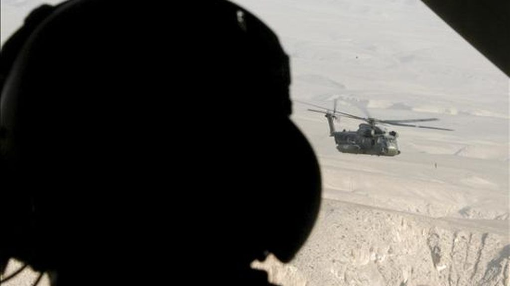 Un militar de las fuerzas de la Alianza Atlántica en Afganistán durante una misión en un helicóptero. EFE/Archivo