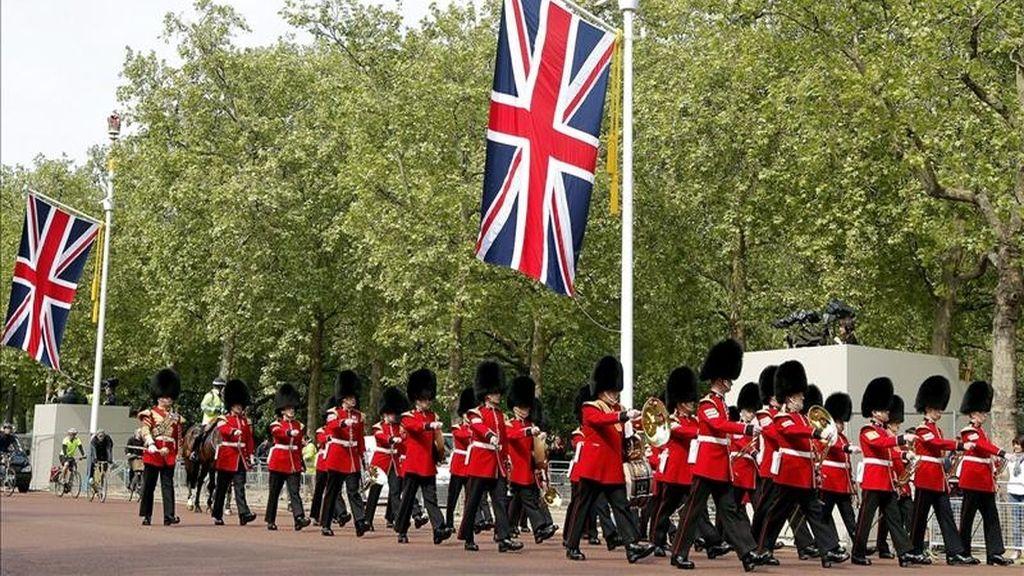 Los soldados de la Guardia Irlandés desfilan en Londres, Reino Unido, hoy, a falta de un día de la boda del príncipe Guillermo con Kate Middleton. EFE