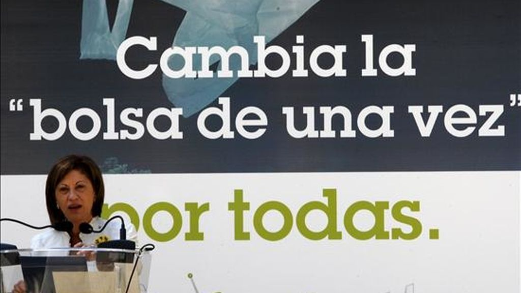 """La ministra de Medio Ambiente, y Medio Rural y Marino, Elena Espinosa, presentó hoy, en la sede del Ministerio, la campaña de concienciación """"Cambia la bolsa de una vez por todas"""", cuyo objetivo es convencer a la sociedad de la necesidad de reducir el uso de bolsas de plástico de un solo uso. EFE"""