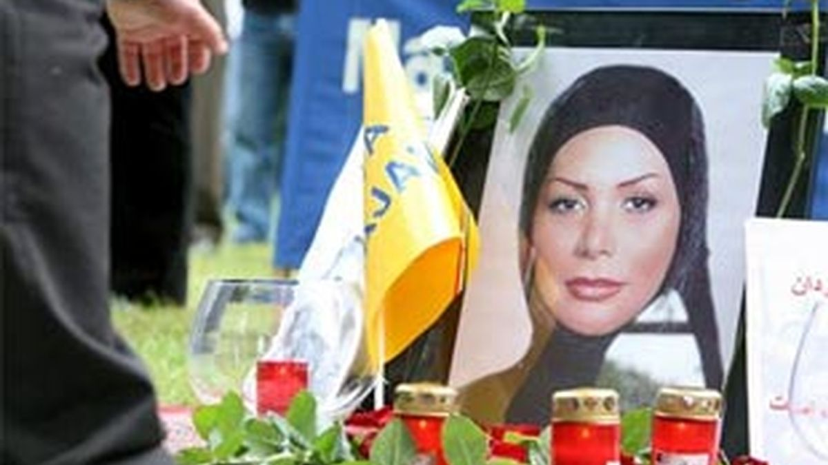 Un hombre enciende una vela ante una foto de Neda Agha Soltan, la mujer iraní que murió por un disparo durante una manifestación en Teherán. Foto: EFE.