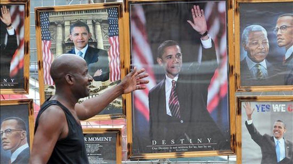 Un hombre camina junto a un puesto callejero en el que se venden afiches del presidente de Estados Unidos, Barack Obama, en Puerto España (Trinidad y Tobago), un día antes de iniciarse la V Cumbre de las Américas. EFE