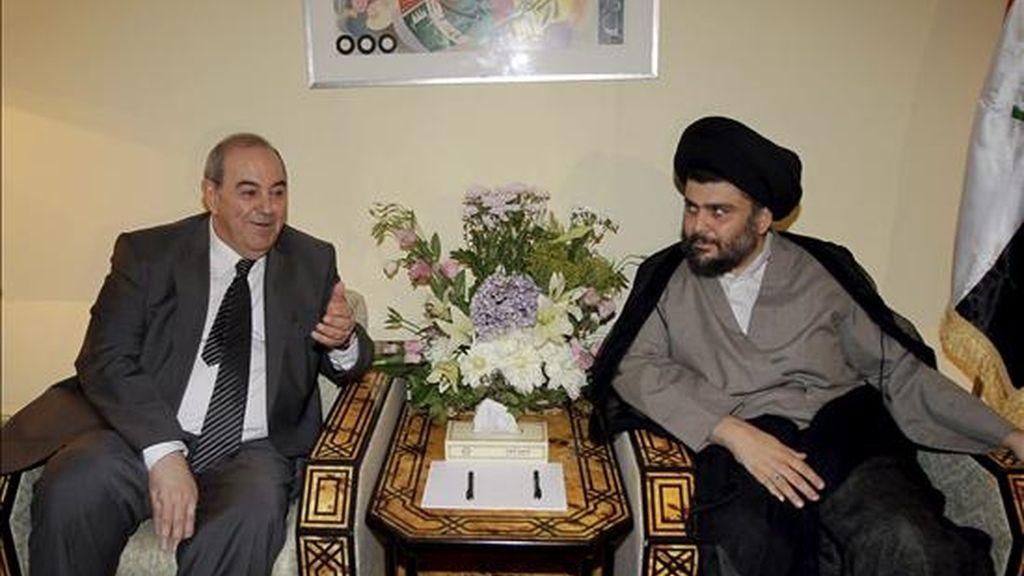 El influyente clérigo radical chií iraquí Muqtada al Sadr (d) hablando con el ex primer ministro iraquí Ayad Alaui, líder de la coalición vencedora en las elecciones iraquíes, en Damasco este lunes. EFE