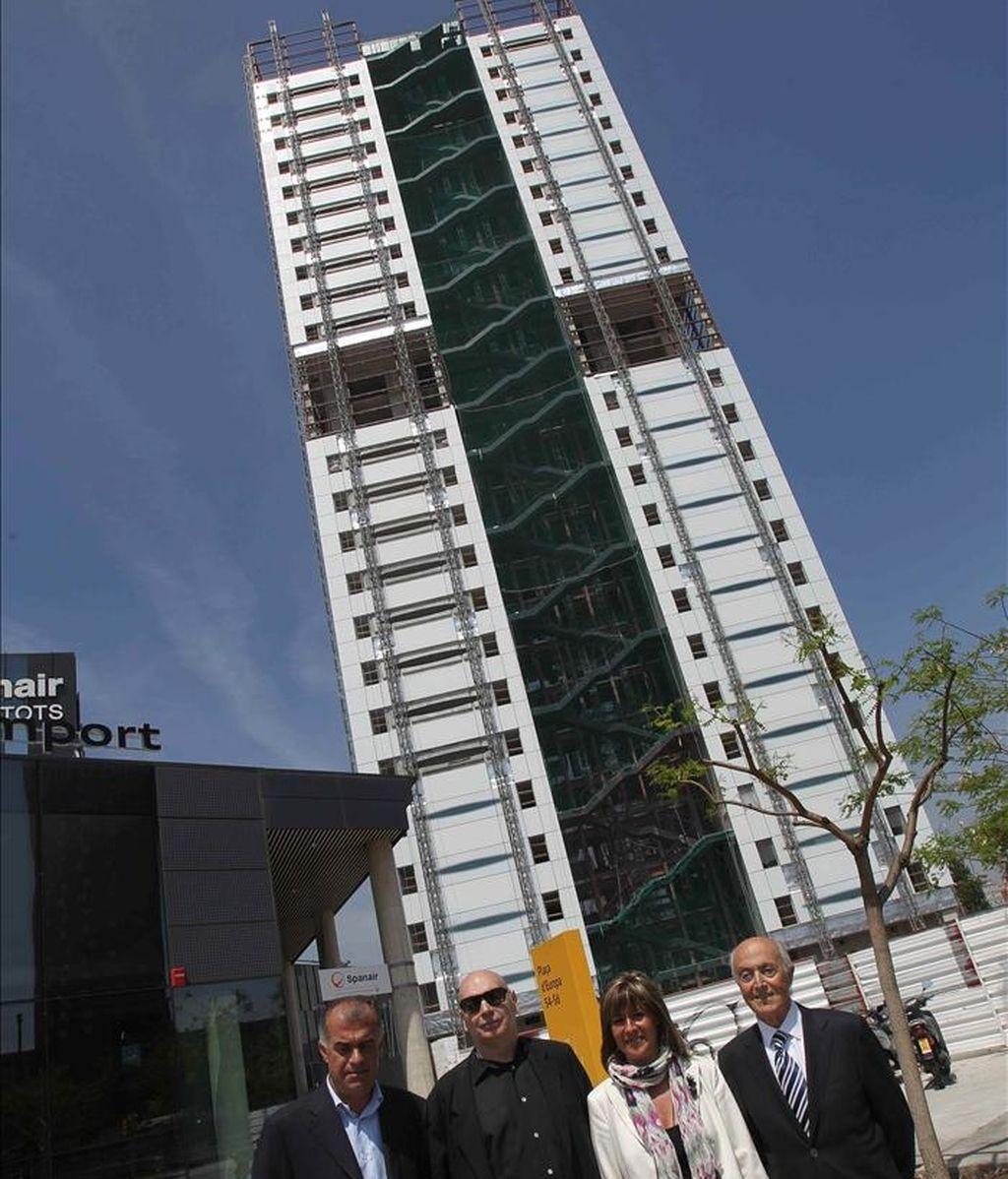 El arquitecto francés Jean Nouvel (i), acompañado de la alcaldesa de l'Hospitalet de Llobregat, Nuria Marín y los hermanos Ribas, posan ante el hotel Catalonia Fira, diseñado por él y el estudio Ribas&, que está formado por dos torres de 110 metros de altura, 357 habitaciones y que ha supuesto una inversión de 65 millones de euros. EFE