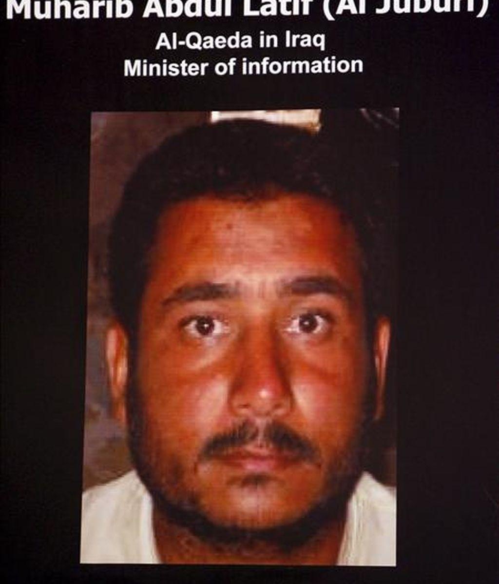 """Foto mostrada en mayo de 2007 por el portavoz del ejército de EEUU en Bagdad, William Caldwell, durante una rueda de prensa en Bagdad del """"ministro de información"""" de Al Qaeda en Irak, a quien se identificó como Muharib Abdulatif al-Juburi, también conocido como Abu Omar al-Baghdadi. EFE/Archivo"""