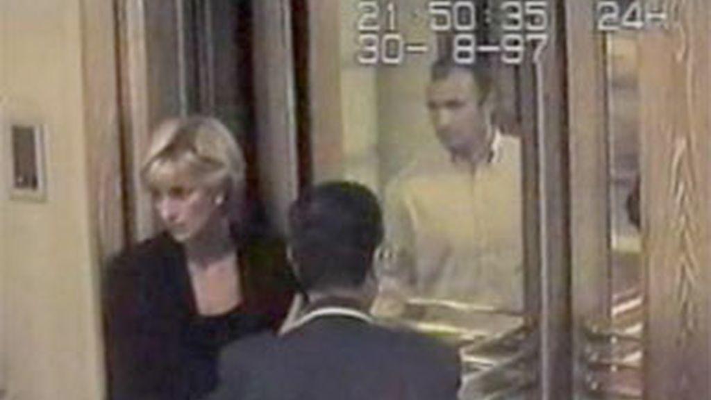 Lady Di y Dodi Al Fayed, en una de las últimas imágenes que captaron las imágenes de seguridad de un hotel poco antes del fatídico accidente en el que ambos fallecieron en 1997.