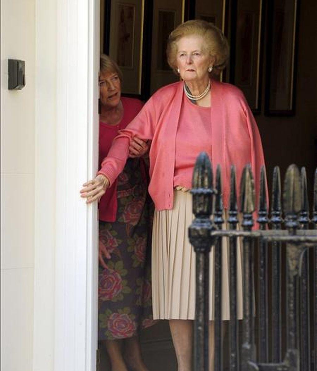 La ex primera ministra británica Margaret Thatcher se apoya en el marco de la puerta de su residencia de Belgravia, en el centro de Londres. Thatcher, de 82 años y con demencia senil, fue ingresada hace dos semanas en un hospital después de partirse su brazo derecho. EFE