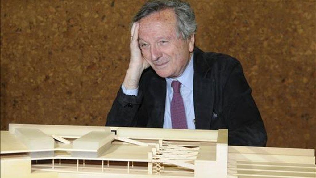 El arquitecto Rafael Moneo delante de una maqueta del anteproyecto de la estación del AVE de Granada. EFE/Archivo