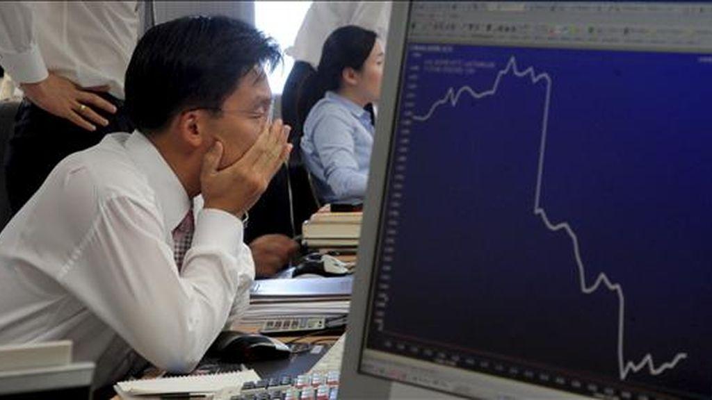 Un inversor sigue la fluctuación de la bolsa en Seúl, Corea del Sur. EFE/Archivo
