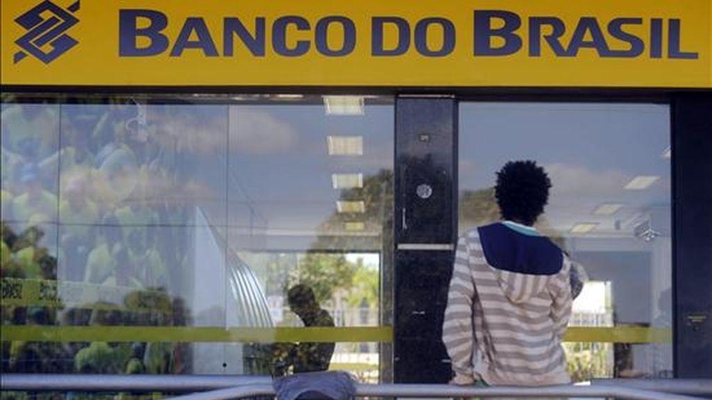 De acuerdo con un comunicado de la institución, el Banco do Brasil distribuyó un total de 396 millones de acciones ordinarias a un precio unitario de 24,65 reales (14,2 dólares), de las que 286 millones eran de oferta primaria (papeles nuevos). EFE/Archivo
