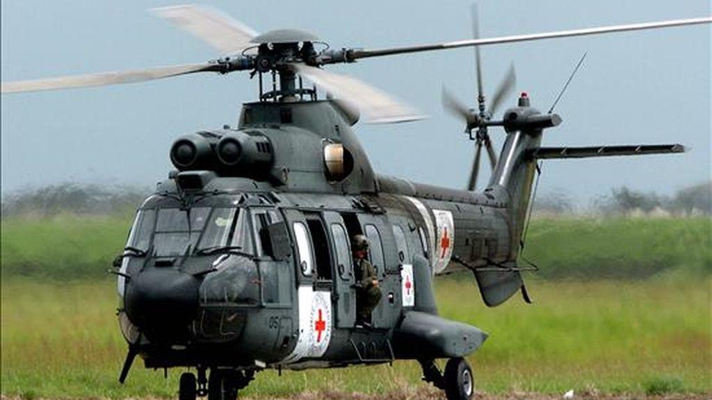 Uno de los dos helícopteros brasileños modelo Cougar, que participará en la liberación del ex diputado colombiano Sigifredo López, aterriza en el aeropuerto Alfonso Bonilla Aragón de Cali (Colombia). EFE