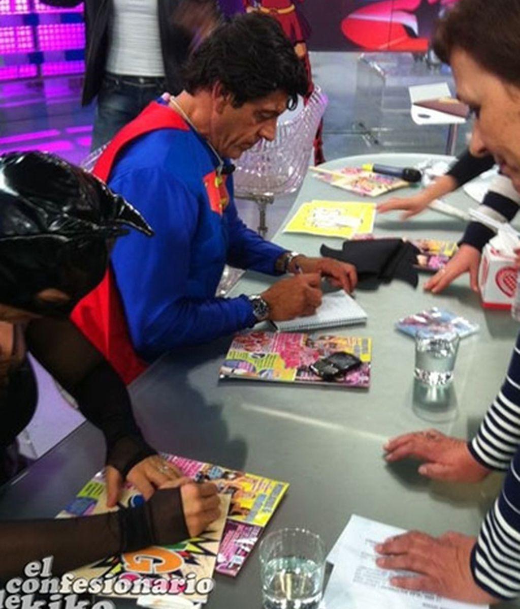 Los superhéroes, firmando autógrafos