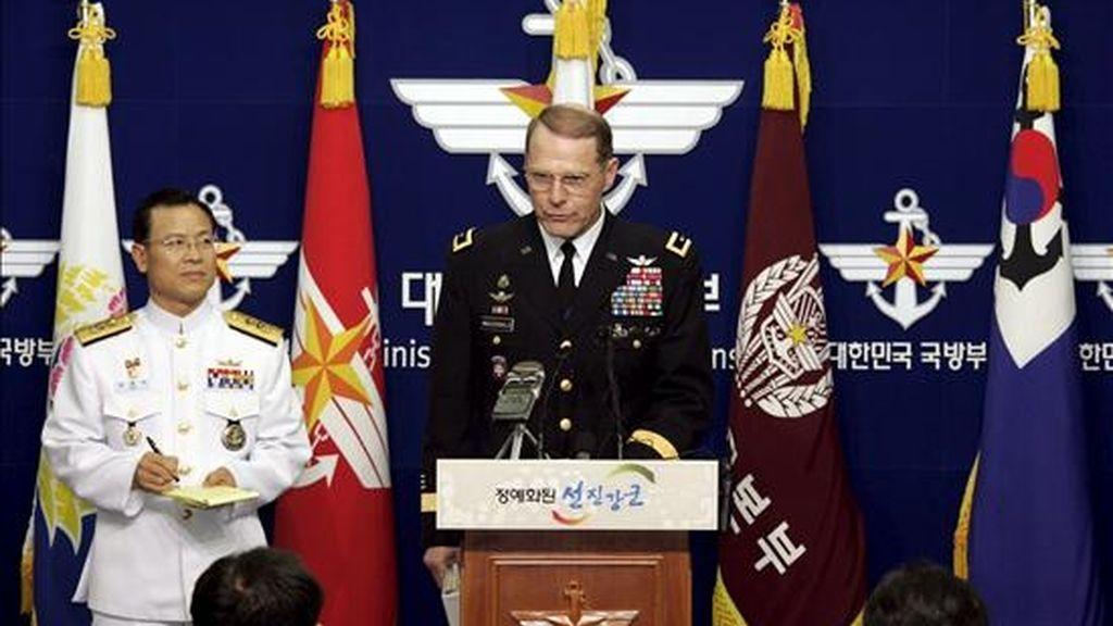 El jefe adjunto del Estado Mayor surcoreano, Kim Kyung-sik (i), y el general estadounidense John A. McDonald (d) durante una rueda de prensa para informar sobre las maniobras conjuntas de los ejércitos del Aire estadounidense y surcoreano, este martes en el ministerio de Defensa en Seúl. EFE