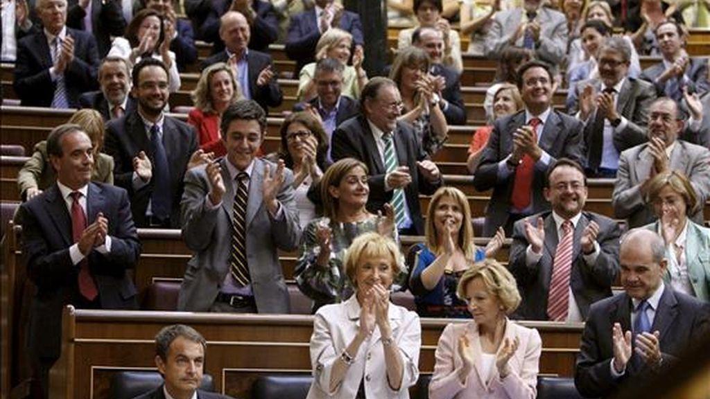 Los vicepresidentes del Gobierno, María Teresa Fernández de la Vega (c), Elena Salgado (2d) y Manuel Chaves (d), y los diputados socialistas (fondo) aplauden tras la intervención del presidente del Gobierno, José Luis Rodríguez Zapatero (i-abajo), en la sesión de tarde del debate sobre el estado de la nación hoy en el Congreso. EFE