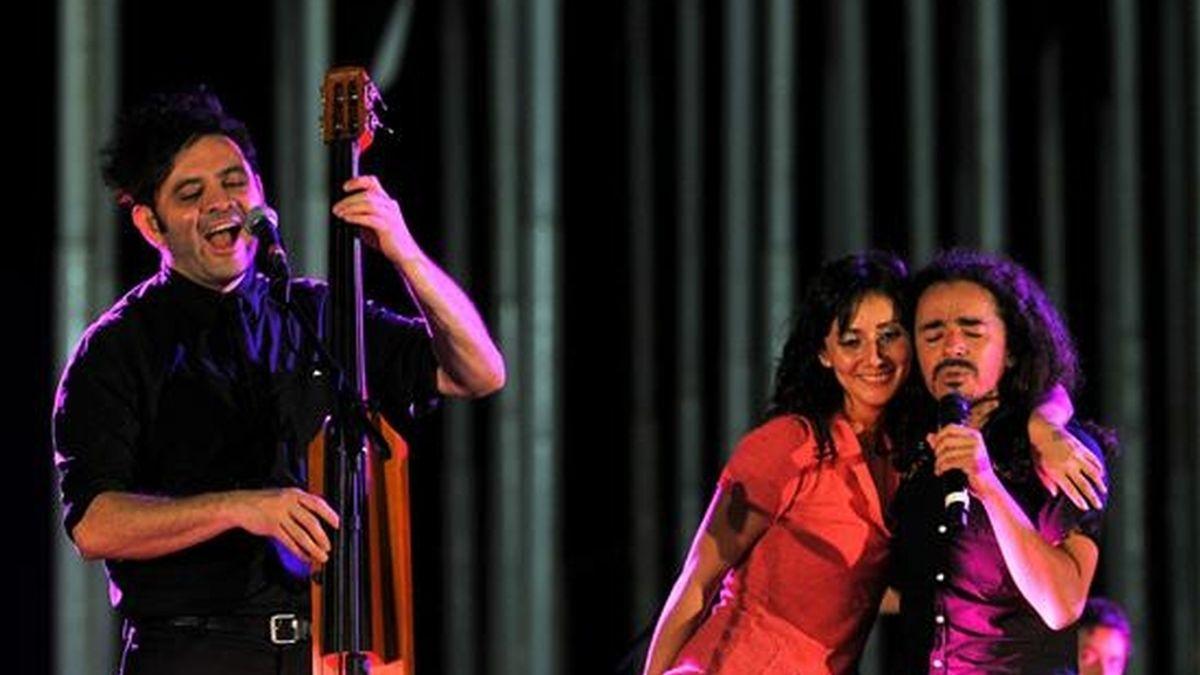 Imagen de este martes de los integrantes de la banda mexicana Café Tacvba Rubén Albarrán (d) y Quique Rangel (i), durante su concierto en la Tribuna Antiimperialista José Martí de La Habana, Cuba. EFE